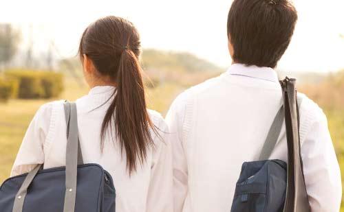 学校帰りの男女