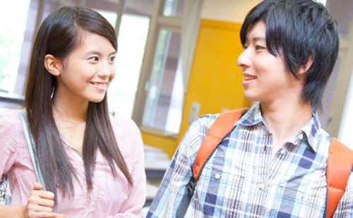 笑顔で見つめ合う男性と女性