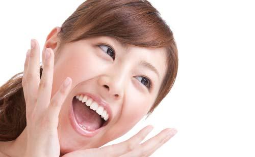 オーバーなリアクションをする笑顔の女性