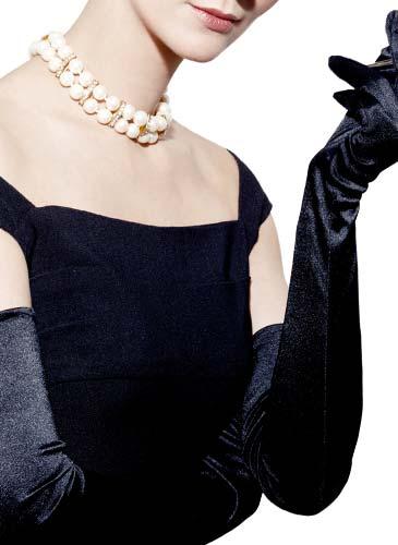 腕を組むドレスを着た女性