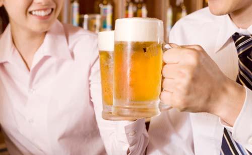 合コンで乾杯するカップル