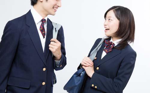 笑顔で会話する男女の学生