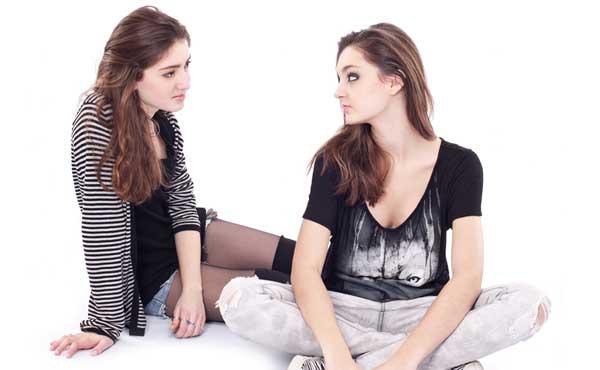 友達に相談する女性