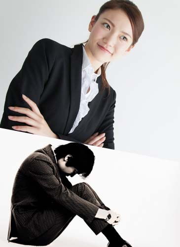自信ありげに腕組みをするスーツ姿の女性と体育座りで小さくなる会社員