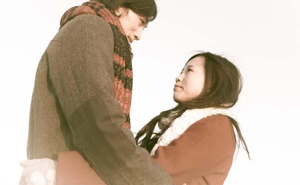 抱き合い見つめ合うカップル