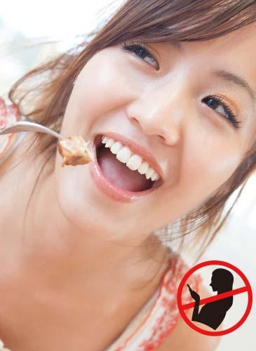 ご飯を食べる女性とスマフォ禁止マーク