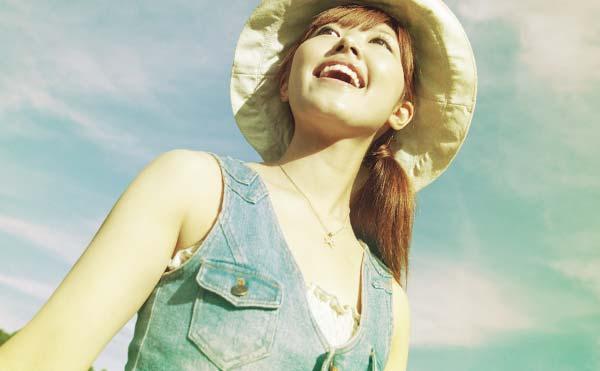 笑顔で上を見上げる女性
