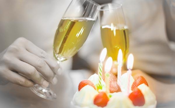 ケーキとシャンパンでお祝いする誕生会