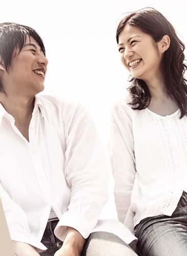 男性と笑顔で話す女性