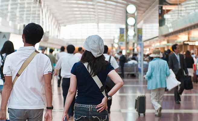 空港の中を歩くカップル