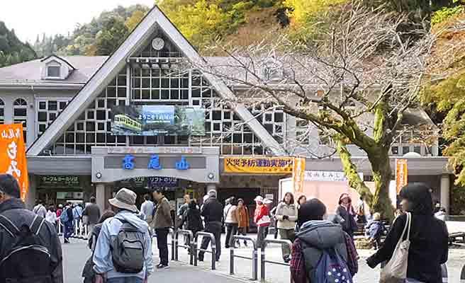 高尾山の駅前に集まる登山者