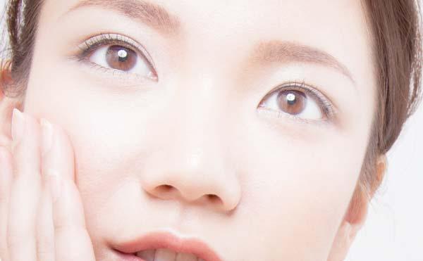 輝く女性の目