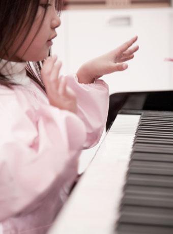 ピアノを弾いてる女の子