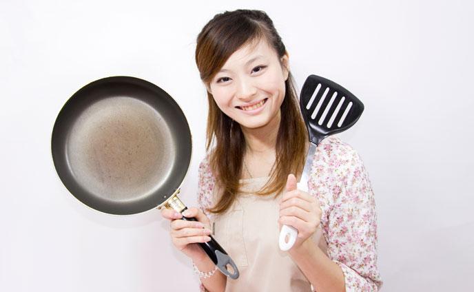 調理器具を持った女性