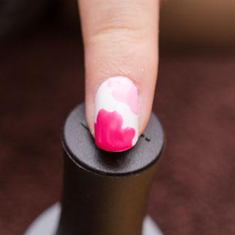 ポップなピンクで花柄を描く
