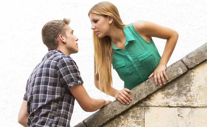 階段の途中で見つめ合うカップル