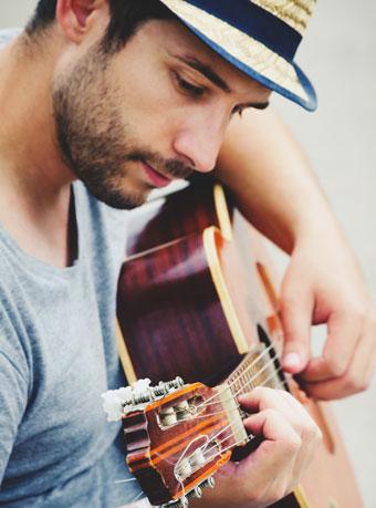 ギターを弾くスナフキンなイケメン
