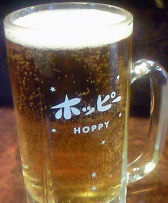ホッピーロゴのグラスに注がれたホッピー