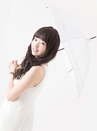 日傘で紫外線対策する美白肌の女の子