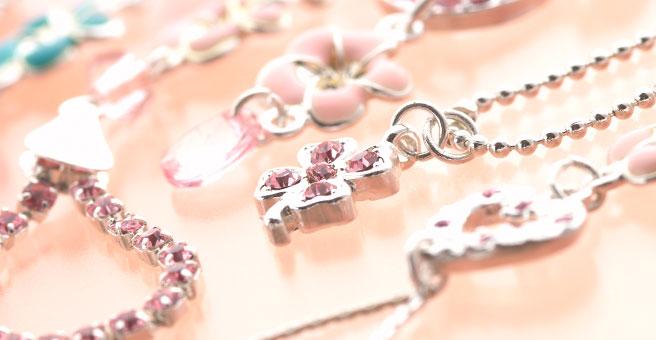 色々なピンク色のネックレス