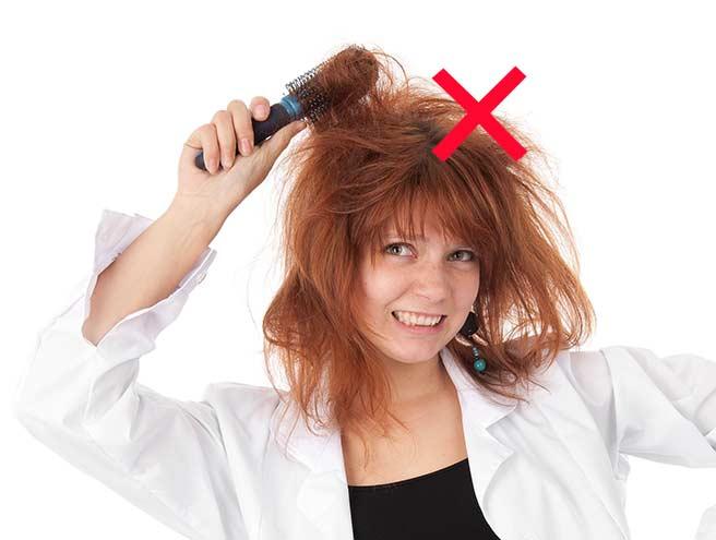 いきなりてっぺんに櫛を入れる髪がまとまらない女性