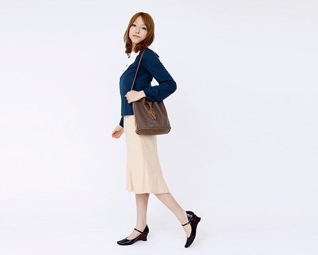 姿勢をよくして歩く女性