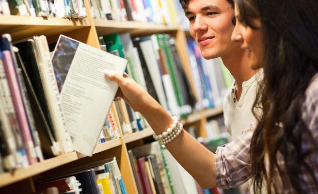 本を取ろうとした手が触れて…