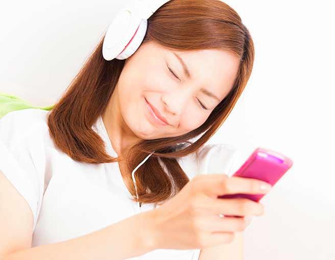 音楽を聞いて失恋から立ち直る女性