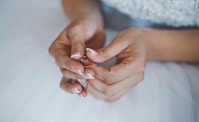 """指輪を付ける位置のジンクス""""つける指の意味と効果"""""""