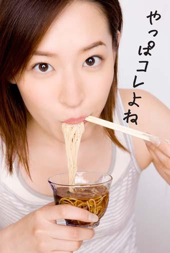 素麺食べる女性