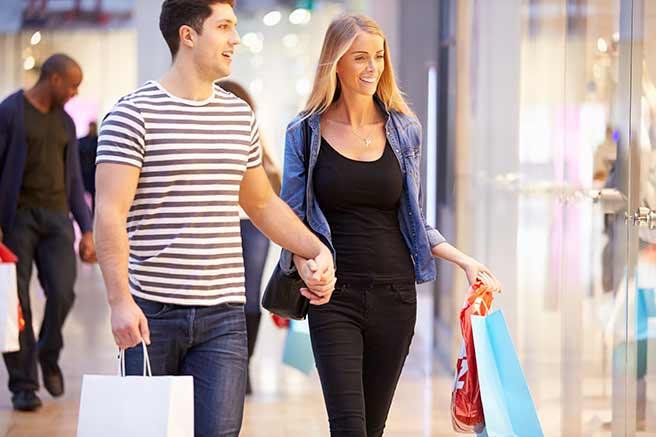 デパートで買い物するカップル