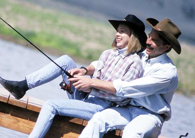 帽子をかぶって釣りデートを楽しむカップル