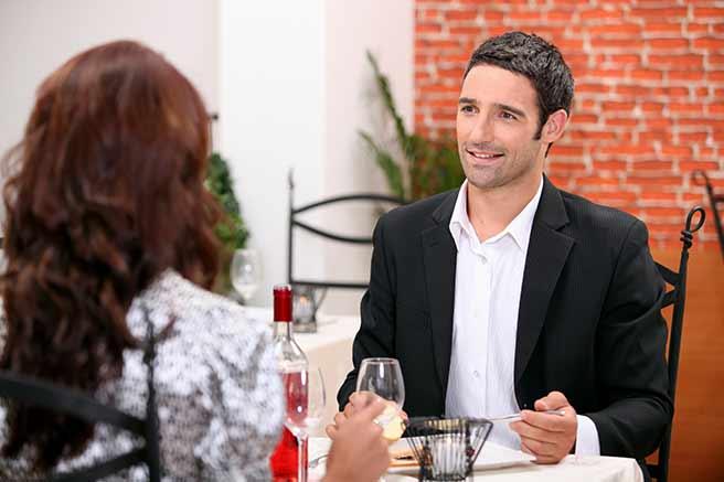 食事のマナーが素敵な上品な女性