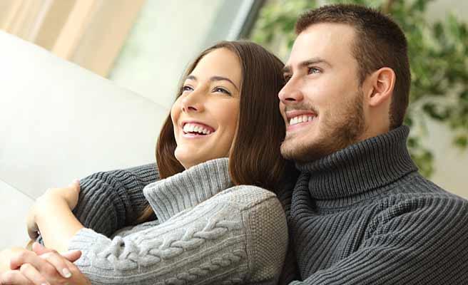 恋人の女性を腕の中に抱いて時を過ごす男性