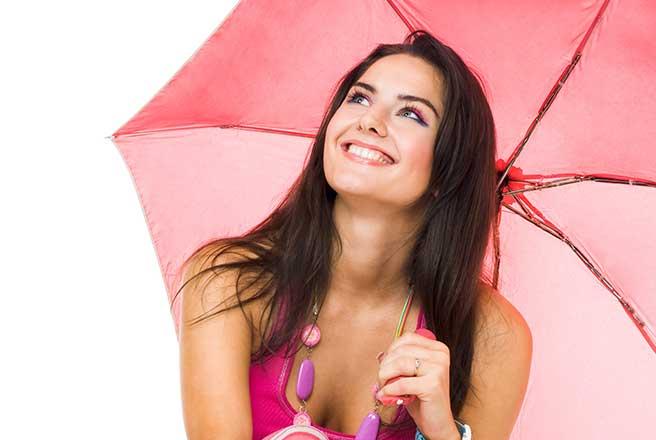 雨降りでも微笑む一緒にいたい女性