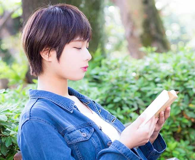 読書する知的な女性