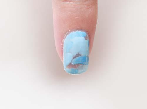 2色の水色を爪表面にとる