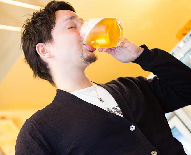 ビールをがぶ飲みする男