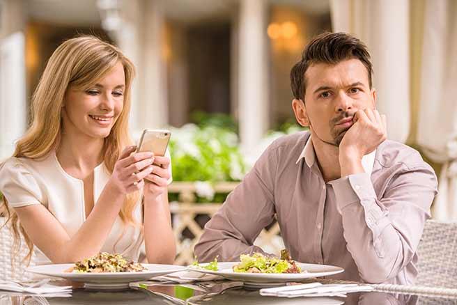 スマホを見てばかりの女性に怒る彼氏