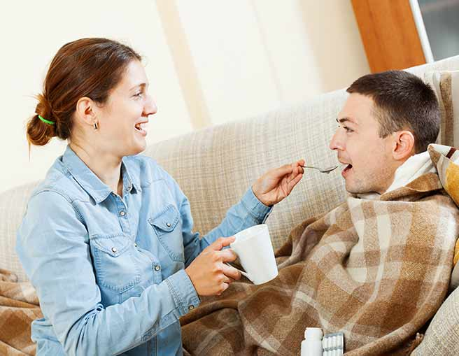 彼氏を看病する女性