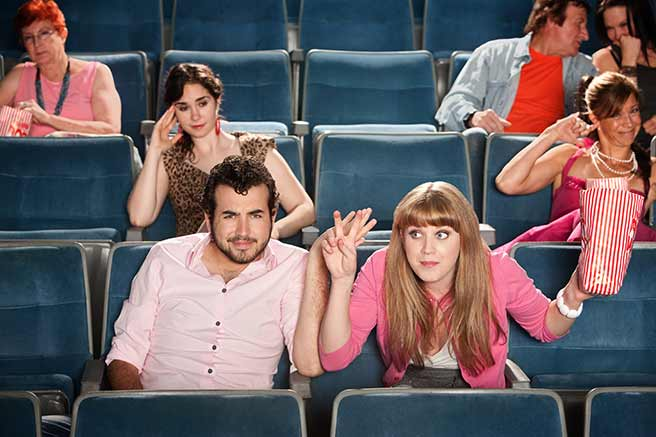 映画館でうるさすぎる脈なし女性