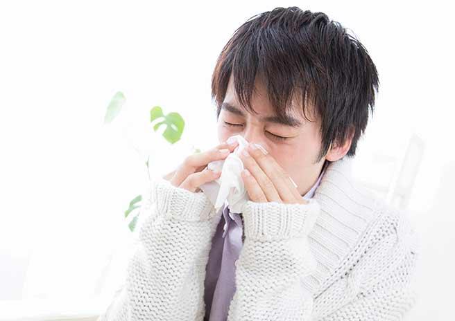 風邪で弱っている男