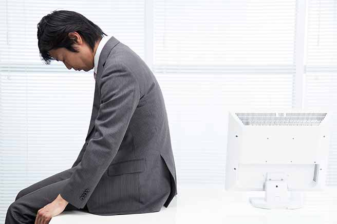 仕事でミスしてひどく落ち込む男