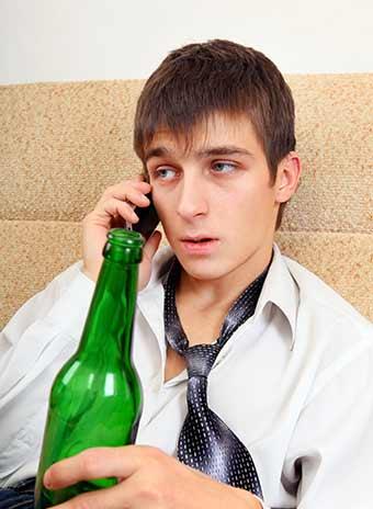 延々と続く電話に疲れ切った男