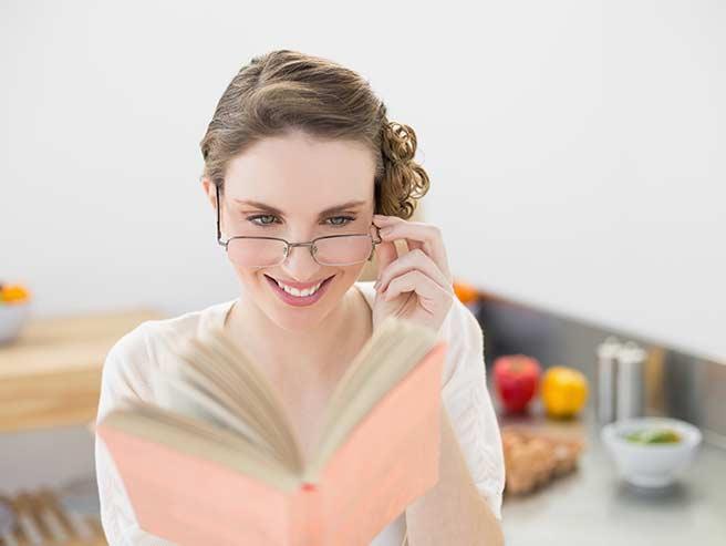 復縁の心理学を勉強する女性