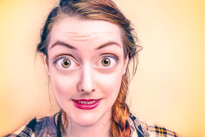 目が大きく描かれた女性のリアルなイラスト