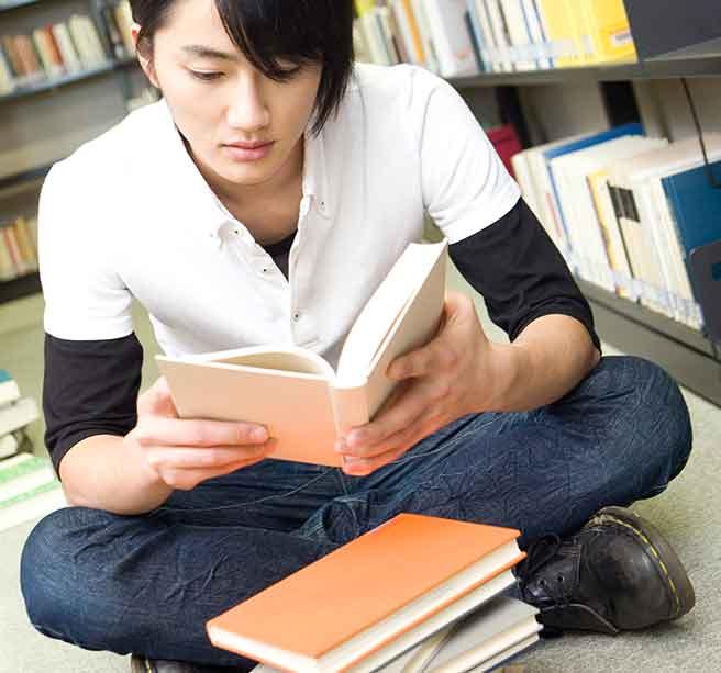 夢にむかって猛勉強中の男子大学生