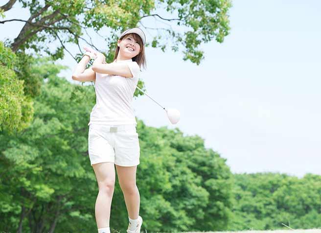 ゴルフをして気を紛らす女性