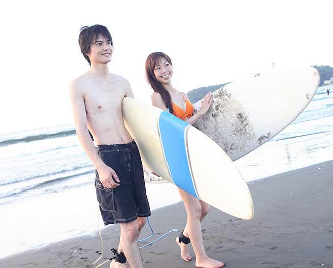 二人でサーフィンする友達以上な二人