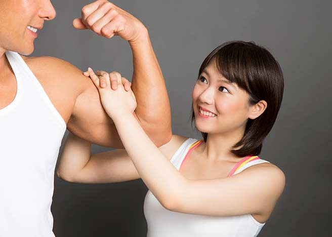 筋肉ムキムキの男